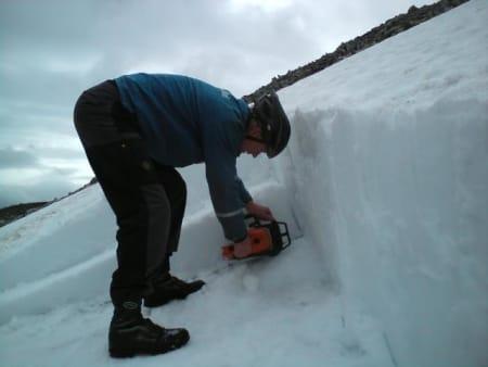 SNØFJERNING: Geir Krisoffersen sager bort snø på 900 moh før morgendagens prolog. Foto: Jørund Greibrokk.