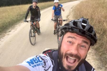 Josh Stinton (foran) sykler 70 mil i Offroad Finnmark som sitt første terrengsykkelritt. Lagkameratene Charlie Allum og Tom Trevor har marginalt mer erfaring. Foto: Privat