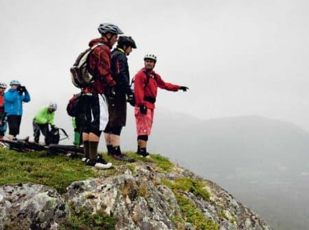 PÅ TOPPEN: Rådslagning på toppen av Sæterhaugen under fjorårets Oppdal Stisykkel Camp. Foto: Kristoffer Kippernes