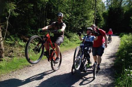 Sykkelglede kjenner ingen grenser, og wheelies er populært. Foto: Gresvik IF Stisyklister