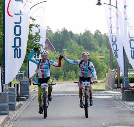 HÅND I HÅND: Geir Ludvig Aasen Ouren og Jon Kristian Svaland hadde mer enn god nok tid til å juble over mål. Foto: Offroadfinnmark