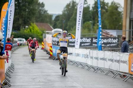 Den tidligere rundbanespesialisten Erik Nordsæter Resell tok seieren på Kongerittet etter at han vant spurten mot Fredrik Haraldseth og Ole Hem. Foto: Pål Westgaard