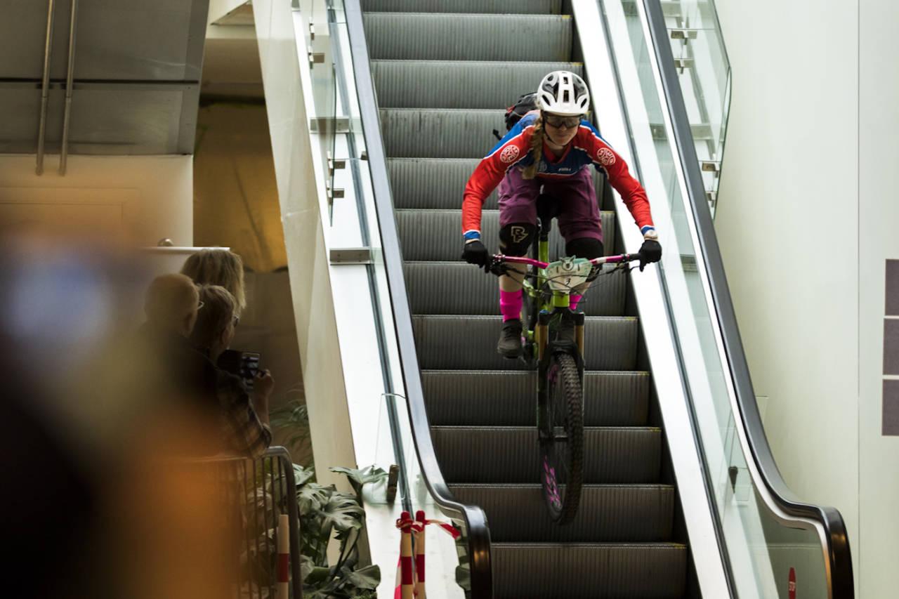 Anette Røssum Bastnes i Team Terrengsykkel taklet rulletrappa i kjøpesenteret med glans. Foto: Per-Eivind Syvertsen