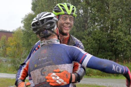 Eskil Evensen-Lie (til høyre) takker Sondre Linstad-Hurum for turen etter seieren på Rørosrittet, som også sikret ham sammenlagtseier i Norgescup maraton. Foto: Ingeborg Scheve