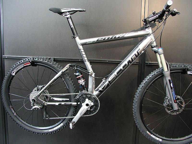 Vinnertype: Tilsvarende sykkel som Frischy vant maraton-VM på: 125mm vandring foran og bak som kan justeres fra styret.  Monocoque Horst Link og Scott-produsert demper.
