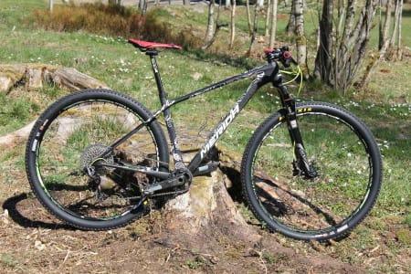 PROTOTYPE: Gunn-Rita Dahle Flesjå har vært aktivt med i utviklingen av Meridas nye rittsykkel. ALLE FOTO: Henrik Mühlbradt