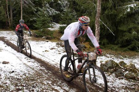 Det er ikke første gang det snør i Helgøyatråkket. Under Norgescupen i 2012 var det også hvitt i løypa, men årets forhold var vesentlig sleipere på grunn av mye regn under snøen. Foto: Arrangøren