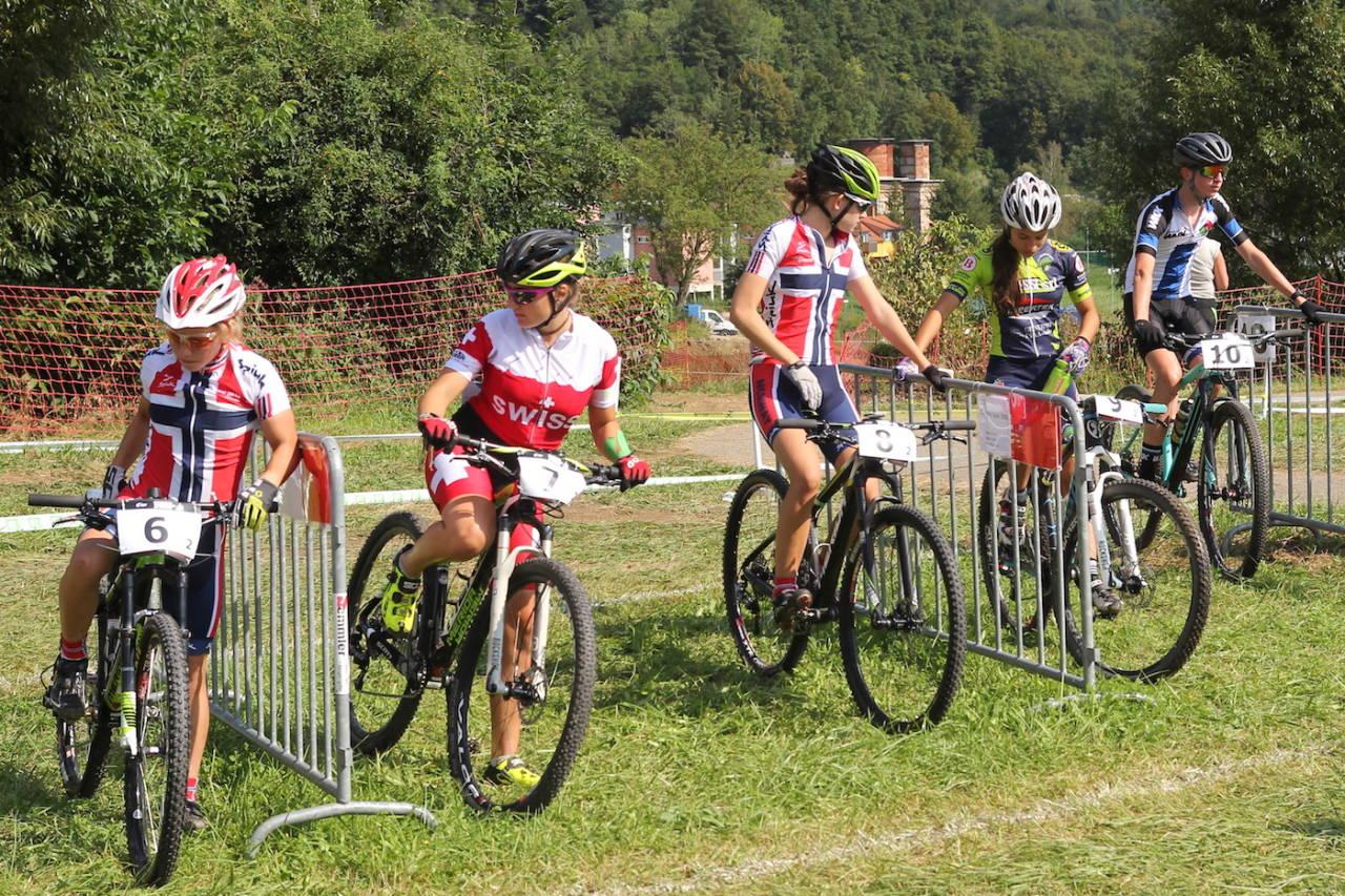 Fullt fokus før start på stafetten. Helene Fosseholm (til venstre) kjørte sitt lag inn til femteplass, mens Tuva Siggerud var med på det norske laget som ble nummer åtte i stafetten, som var første konkurranse i Ungdoms-EM. Foto: Privat