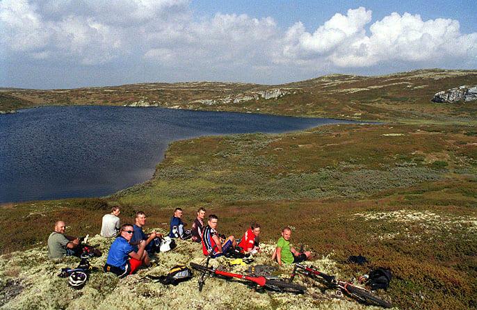 Fjolls til fjells: Har du ikke prøvd fjellsykling før, bør du prøve en tur til Skeikampen i Gausdal. Her finner du et rekordbra nettverk av stier, og ikke minst: Førsteklasses lunsjsteder! På bildet: Kollektiv nytelse av flatklemte brødskiver under Utflukt 2002 - på vei mot Svinslåvangen.
