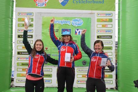 Rye-jentene tapetserte pallen i Norgescupklassen i Furusjøen Rundt. Fra venstre: Marit Sveen, Elisabeth Sveum og Synne Steinsland. Foto: Arrangøren