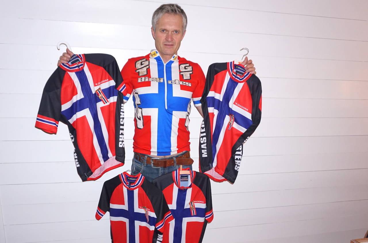 Fem NM-trøyer: Med seier i kross-NM på søndag har Jan Olav Beitmyren tatt alle de fire NM-titlene til NCF i 2015. Da var det 20 år siden han tok den første, i terrengsykkel rundbane tilbake i 1996. Foto: Privat
