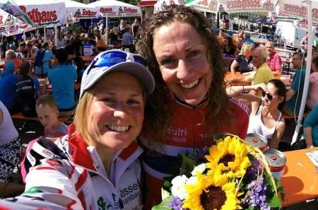 Hildegunn Gjertrud Hovdenak (til venstre) var bare ett sekund bak Gunn Rita Dahle Flesjå på EM terrengsykkel maraton i Singen i Tyskland i helga. Foto: Privat