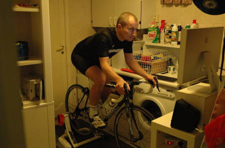 RIGGER SEG TIL: Arne Gran kjører en time på rulla hver dag hele vinteren. Vaskerommet gjør nytten som treningsstudio. Foto: Privat