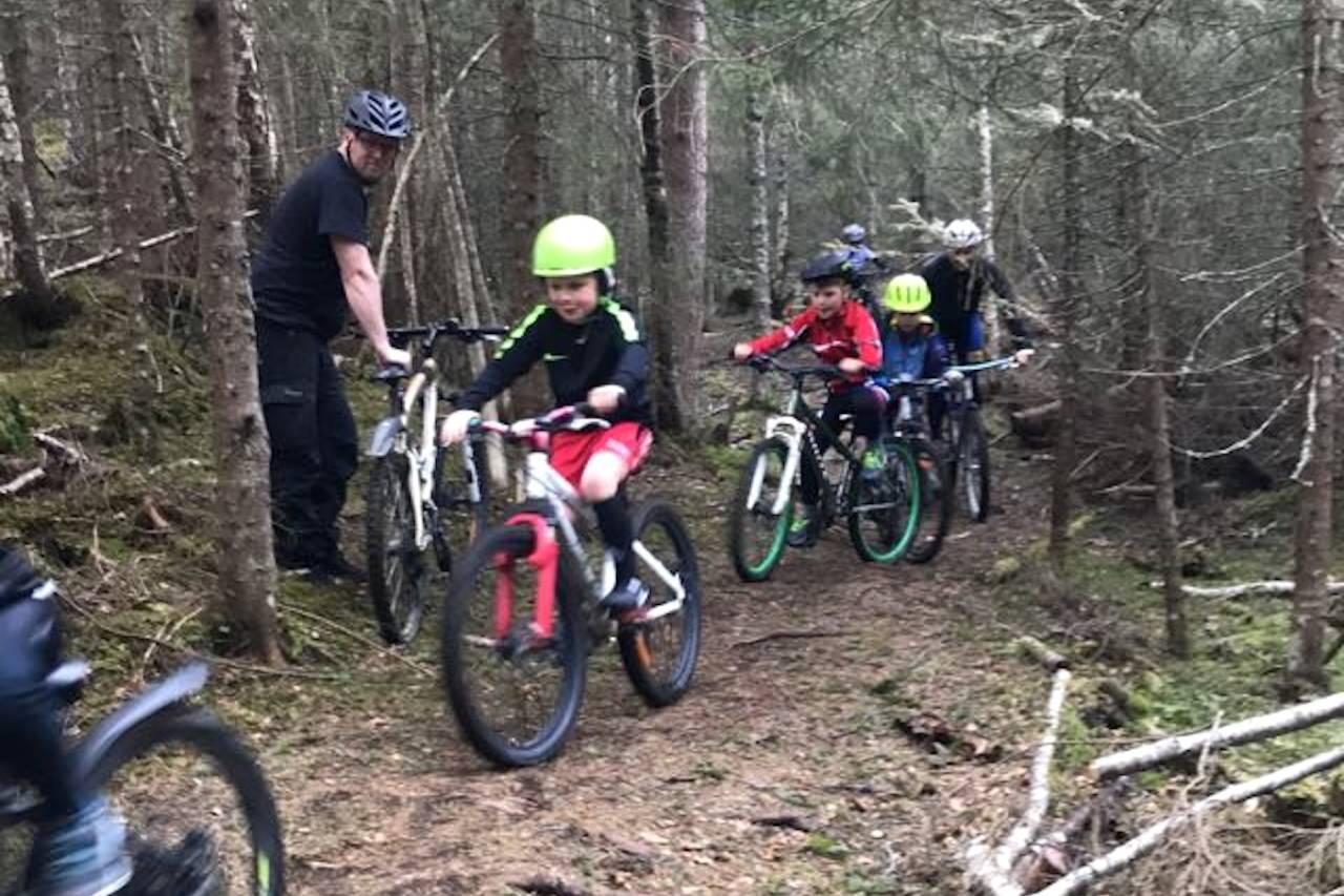 Snart får disse terrengsyklisten eget treningsanlegg. Inntil videre må trene på alternative steder. Foto: Anne-Stina Rusten