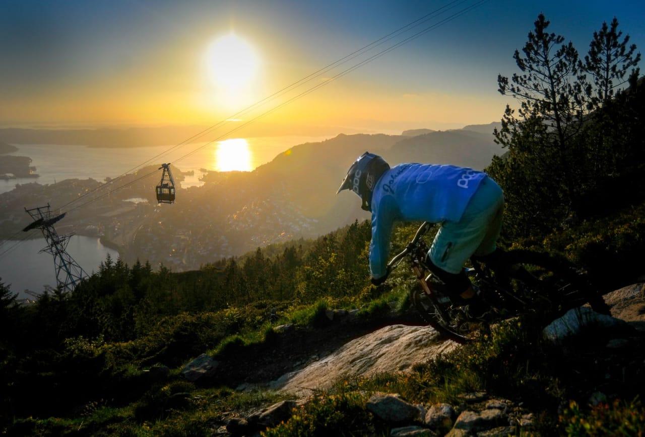 I SOLNEDGANG: Legenden Espen Johnsen setter fart ned mot byen, mens solen gjør det samme.