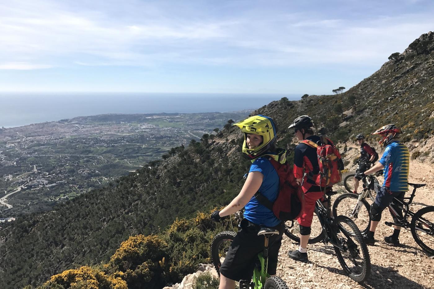 Det er lettere å øve på fart og terpe teknikk når det er bart og tørt enn snølagt og sleipt, sier enduro-blogger Alice Grindheim, som har vært på sin første Syden-samling. Foto: Matea Deliu