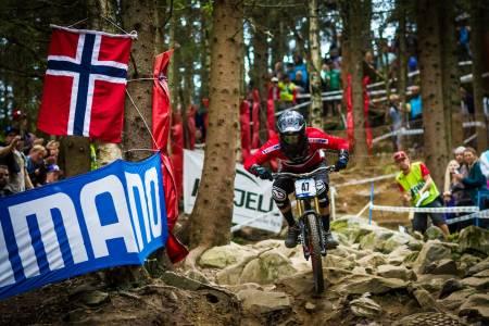 ROCK JUNGLE: Isak Leivsson bikket 80 km/t på fartsmålingen. Her i Rock Jungle var tempoet av naturlige årsaker lavere. Men stemningen desto høyere. (foto: Snorre Veggan)