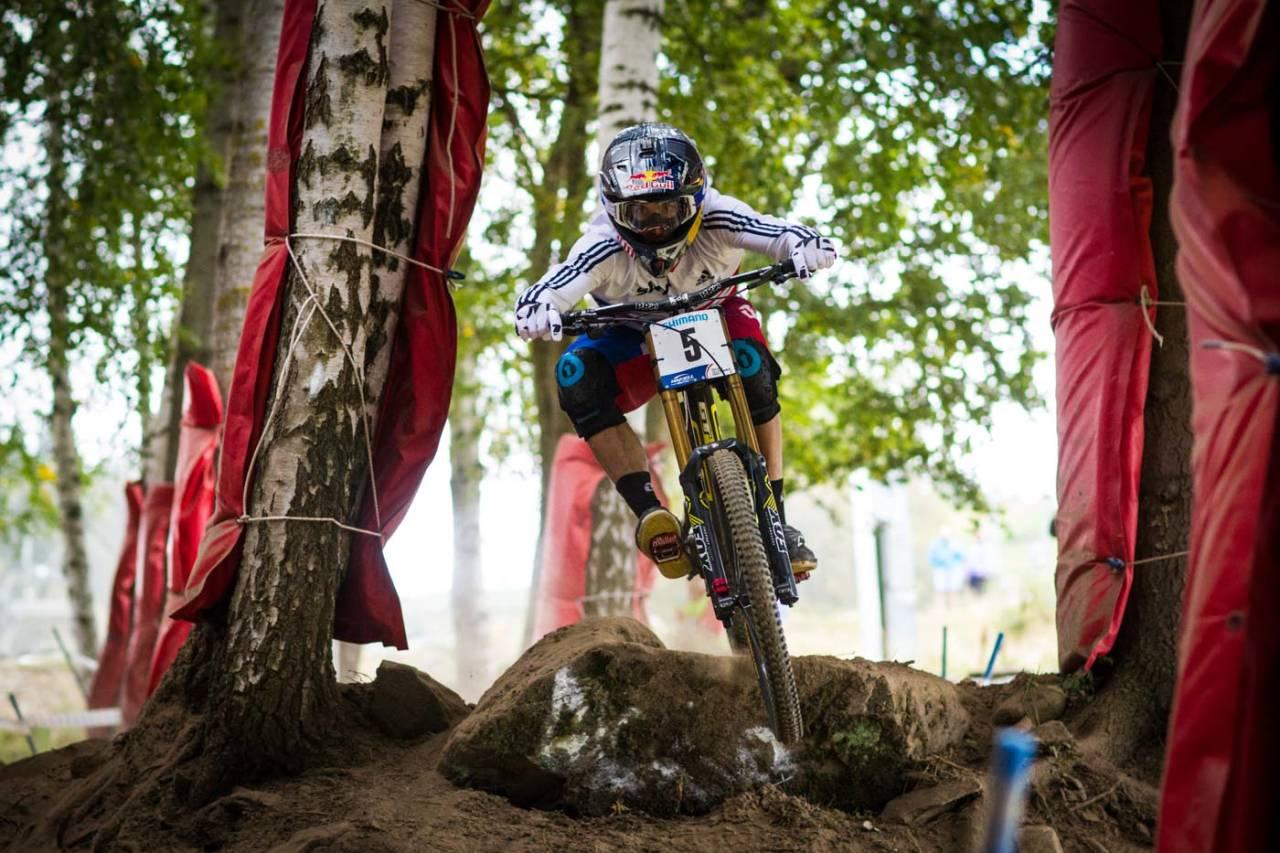 SOLID: Gee Atherton holdt seg på sykkelen, og ble kronet med gull. Foto: Snorre Veggan.