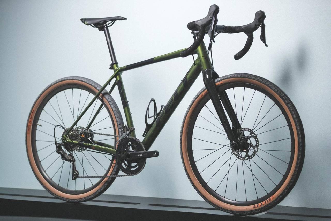PÅ BALLONGDEKK: Felt Breed 30 er eneste sykkel i testen levert med mindre 650b-hjul. Dekkbredde på 47 mm gir økt komfort og mer demping, uten at det går på særlig bekostning av farten på fast underlag.