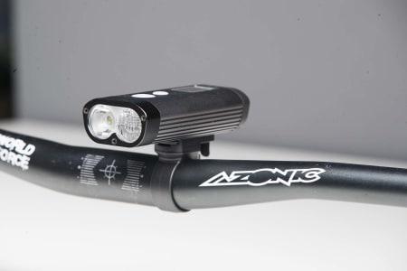 STOR: Ravemen PR1200 er en av de største lyktene i testen, men gir til gjengjeld mye lys.