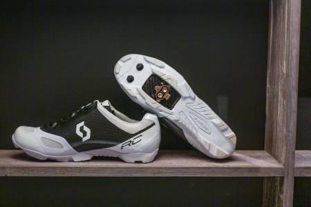TOPP FUNKSJON OG MAKS PRIS: Scotts særegne sko i svart karbonoverdel og hvit gummisåle er rikt polstret mot foten og har suverent grep mot underlaget. Prisen er astronomisk.