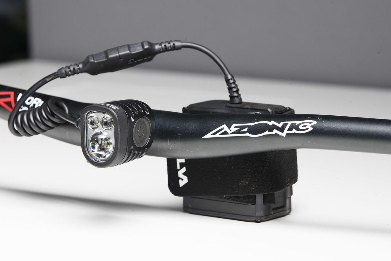 KOMPAKT: Silvas Exceed 2XT er kompakt og lett, men til prisen leverer den ikke mye lys.