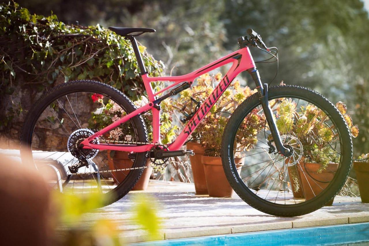 ROSA OG RASK: Fargen er iøynefallende på rittsykkelen fra Specialized. Foto: Kristoffer Kippernes