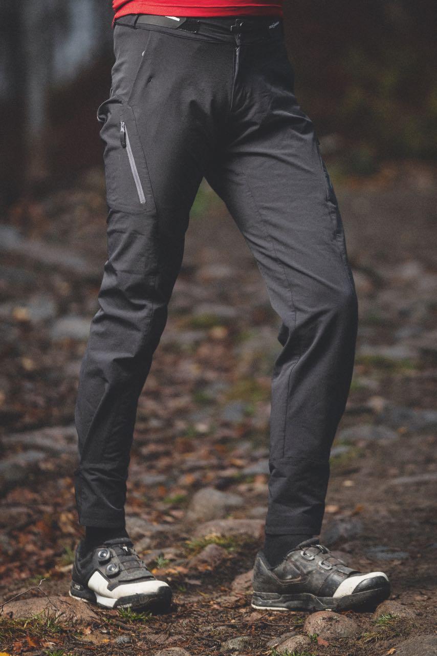 bukser ned i støvler eller utfor