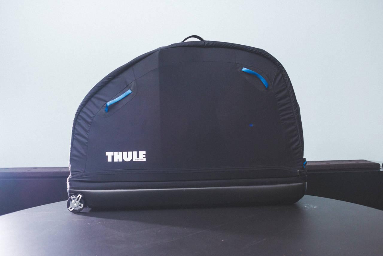 KOMPAKT: Thule-kofferten er testens klart minste. Praktisk når du vil ha den inn i bilen. Dumt hvis du har en lang endurosykkel. Bærehåndtaket på toppen er nyttig.