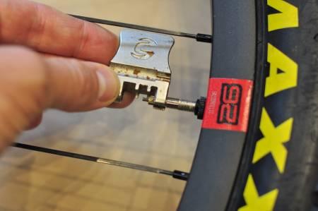 FIKST: Sporet i kjedekutteren passer perfekt på ventilkjernen. Det er mer enn vi kan si om de to eikenøklene som kom på dette mulitverktøyet. Alle foto: Øyvind Aas