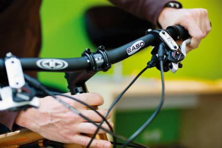 STYRELAGERET: Hold forbremsene inne og rugg sykkelen frem og tilbake. Kjenn med hånda rundt styrelageret om det klikker. Sjekk at styret svinger fritt uten ujevn følelse.