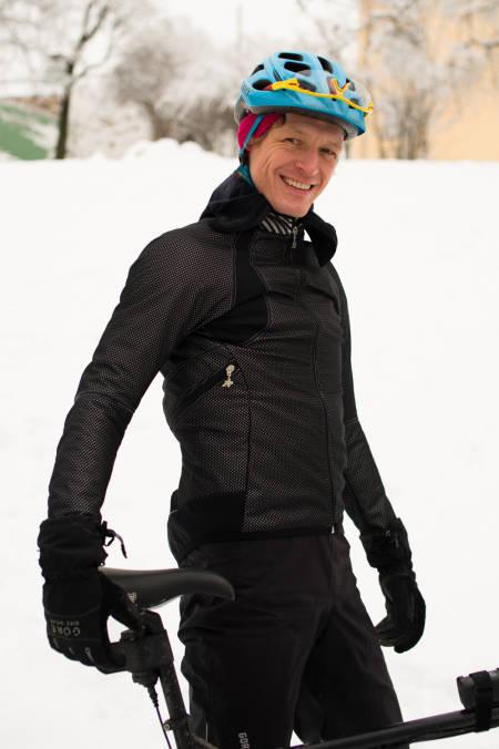 NÅR SNØEN LAVER NED: Da trives klærne fra fugu-serien best. Dette er sykkeltøy for tørre og kalde vinterdager.