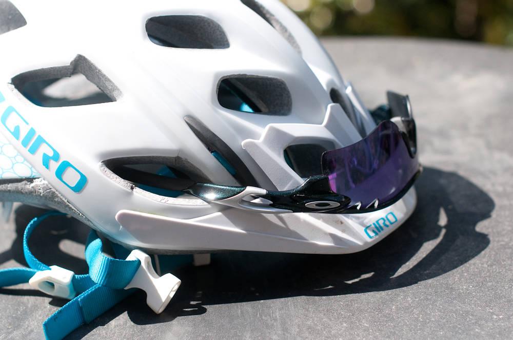 PERFEKT PASSFORM: Oakley-briller er lette å plassere trygt på hjelmen.