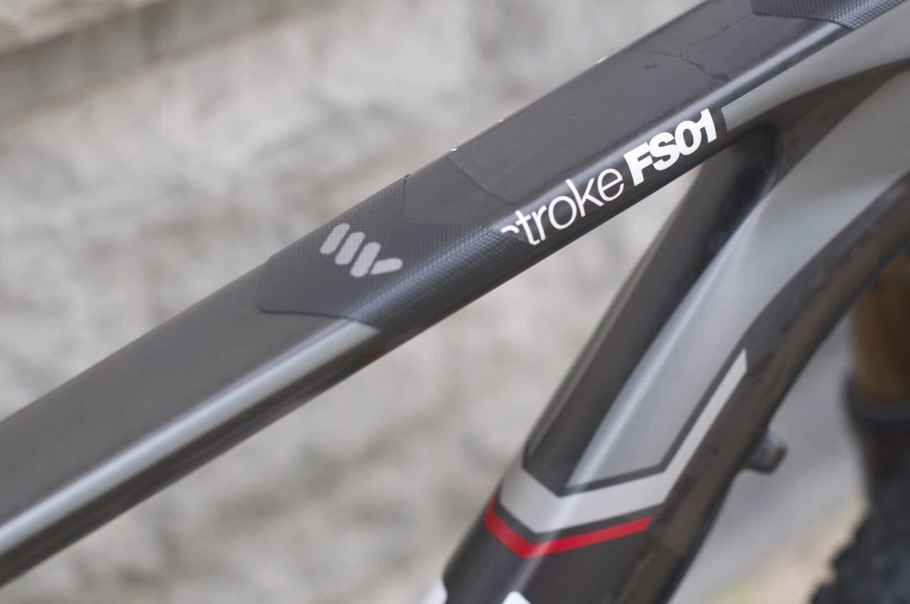 POLSTRING: Plasser litt solid tape, eller en sykkelslange på overrøret der hvor styret slår inni. Det er billig forsikring mot rammebrudd.
