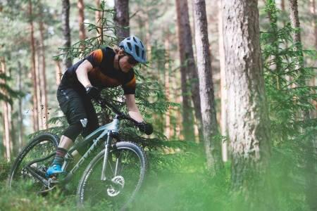 RIMELIG NORSK: Gekko er ett av to norske merker i denne testen av stisykler på budsjett. Mye vandring og effektivt demperoppheng er ikke lenger forbeholdt de med høyt sykkelbudsjett. Øyvind Aas setter en sving et sted i Nordmarka i Oslo.
