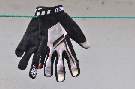 BLOOD, SWEAT AND TEARS: Grip Graps Racing-hansker har blitt utsatt for mye slit, stress, mas og jag. Et par tryn og nærkontakt med busker, trær og fjell har de også vært med på. Alle foto: Øyvind Aas/Terrengsykkel