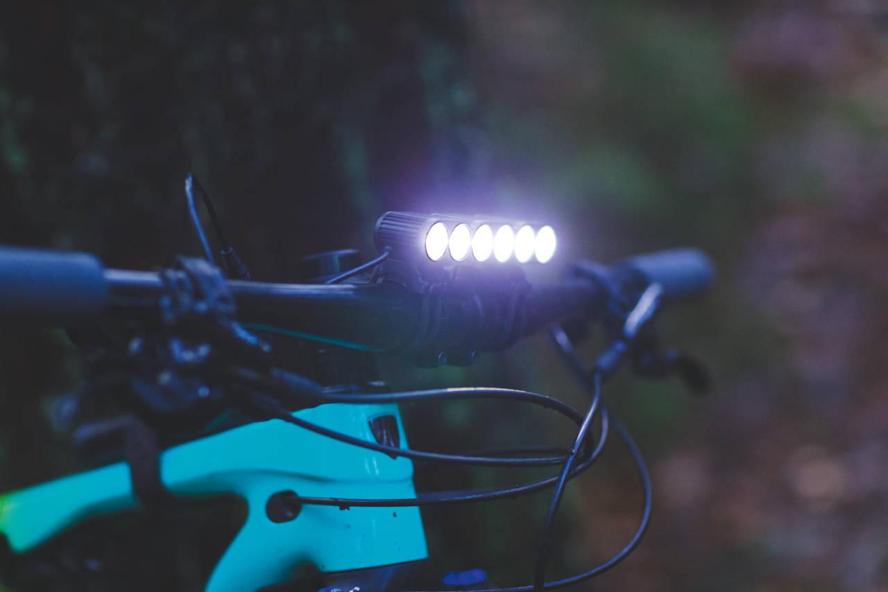 OPPLYSNINGSTID: Skal du få inn ønsket antall sykkeltimer gjennom vinteren bør du skaffe deg en kraftig lykt. Dagens LED-teknologi gjør det mulig å lyse opp natten uten å brenne gjennom batteriet på kort tid. Foto: Kristoffer H. Kippernes
