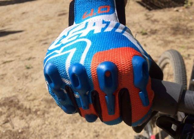 KNOKE-POLSTRING: Leatts tynne DBX 4.0 Lite-hansker har ekstra beskyttelse mot trær og steiner. Alle foto: Øyvind Aas/Terrengsykkel