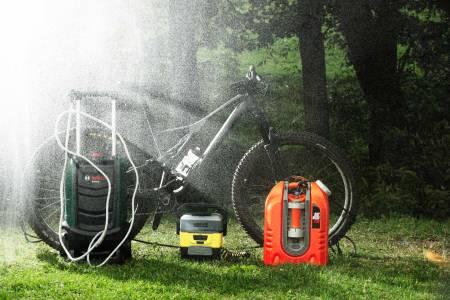 SYKKELDUSJ: Vår test viser at du kan få sykkelen helt ren uten egen hageslange. Enten du skal putte sykkelen på bilen eller ta den med inn i leiligheten kan en portabel sykkel- vasker være løsningen på dine møkkproblemer. Alle foto: Kristoffer H. Kippernes