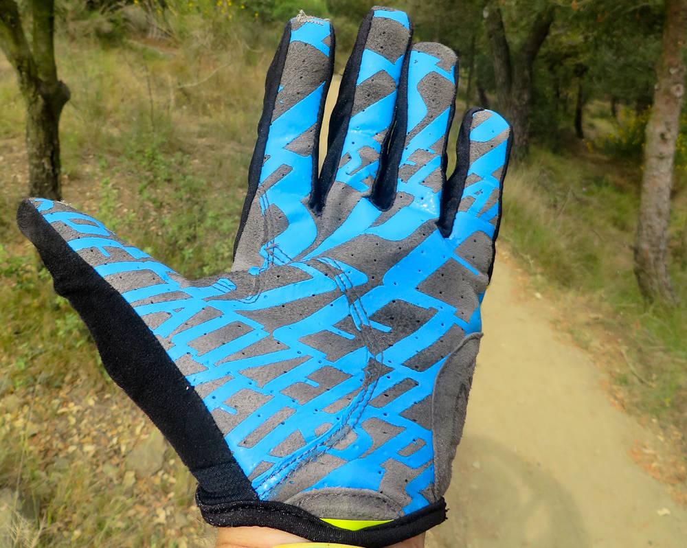 TYNNE: Specialized XC Lite er hansker nesten uten polstring i håndflaten. Silikonmønsteret gir godt grep og har holdt seg fint i flere tryn og mange vask.