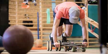 KREATIV: Nino Schurter og hans trener Nicola Siegenthaler gjennomfører et knippe styrkeøvelser som mer eller mindre simulerer aspekter ved terrengsykling.