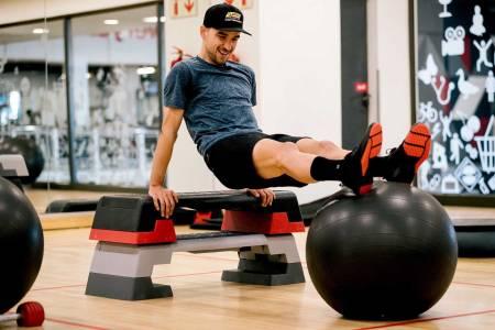 RÅ PÅ TRENING: Nino Schurter får lagt inn viktige økter med styrketrening. Foto: Scott