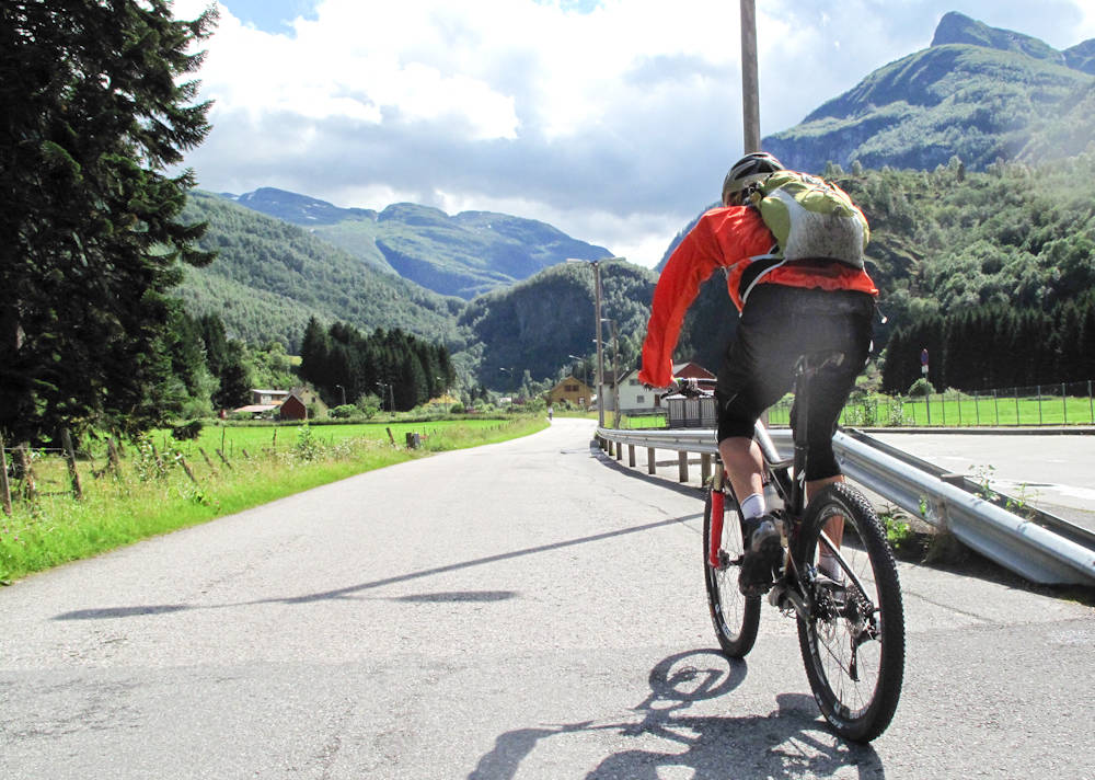 GATELANGS: Også vi terrengsyklister sykler på veien fra tid til annen. Der kan ulykker lik den tragiske som skjedde i helgen forekomme, men det er på tide at mer gjøres for at holdningene til syklisters rett til liv og vei bedres og at det å sykle langs veiene våre blir tryggere.