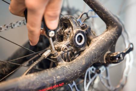 BREMSEKLOSSMAJOR: Bytt bremseklosser og rens samtidig skivene med isopropanol eller rødsprit, så bremser sykkelen din plutselig som aldri før. Bilde: Christian Nerdrum