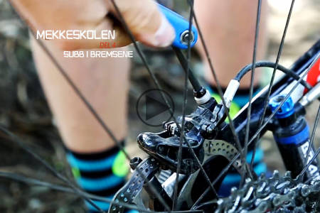 FESTBREMS: Det er bare et par skruer som skal løsnes og festes for å bli kvitt den irriterende bremsesubben. Foto: Christian Nerdrum