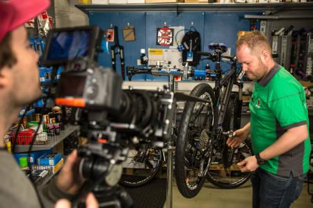 MEKANIKEREN: Jon T. Engesmyr loser oss gjennom viktige emner i sykkelmekking. Første leksjon er justering av girene. Foto: Christian Nerdrum