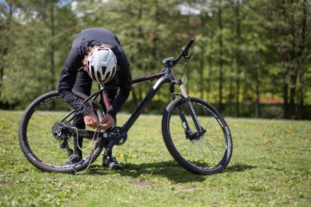KJEDERØYKING: Velger du å trille tilbake med halen mellom beina, eller å reparere det ødelagte kjedet på stien? Sistnevnte er det enkle valget. Foto: Christian Nerdrum