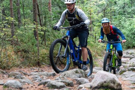 Aslak er en årelang skeptiker til elektriske sykler. Arild kunne ikke syklet på sti om det ikke var for elmotoren. Foto: Christian Nerdrum