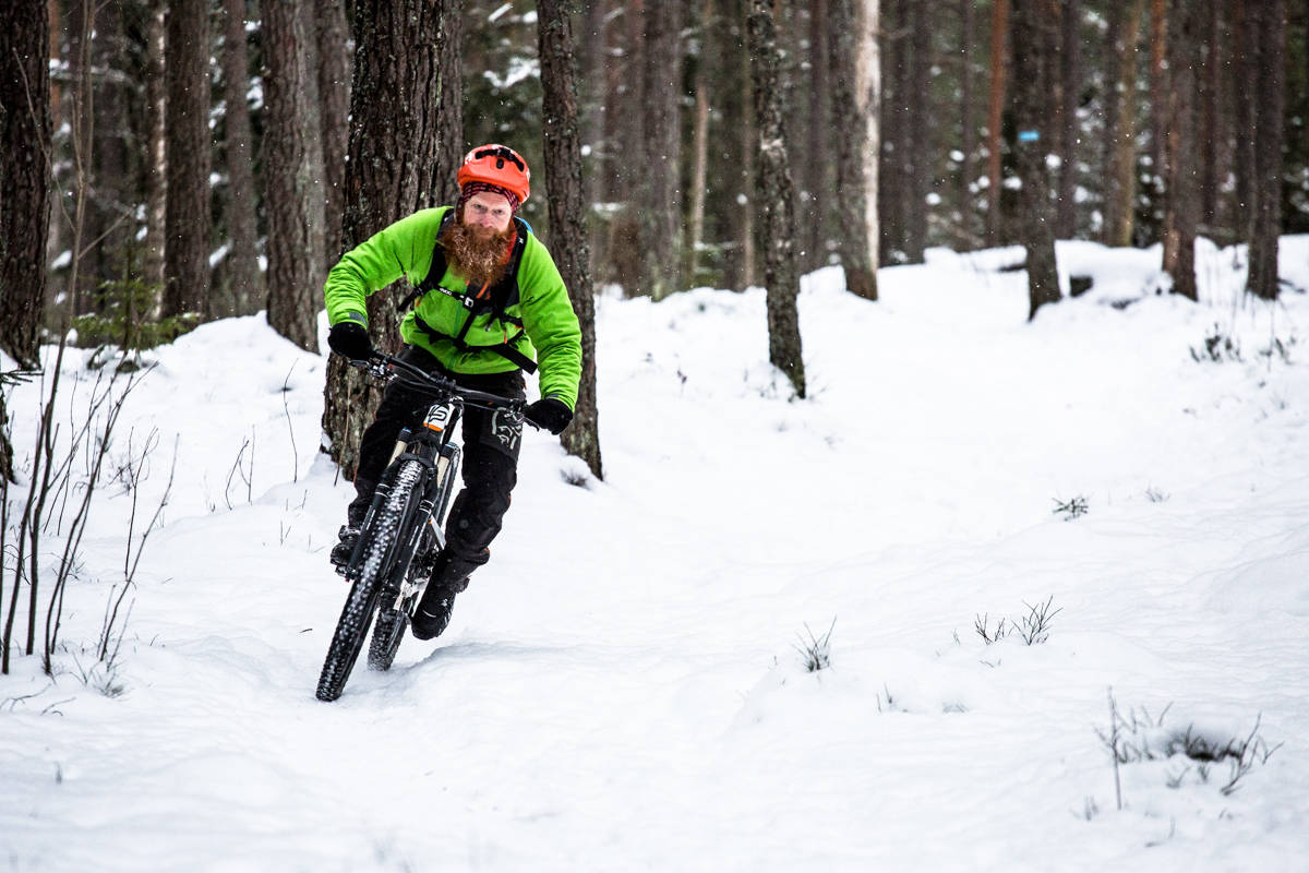 KALD FORNØYELSE: Venter du en dag eller to etter snøvær, finner du garantert vinterlykken på populære stier i marka. Det gjør ihvertfall Aslak Mørstad. Foto: Christian Nerdrum