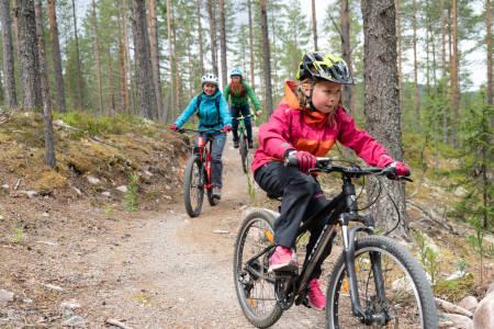 Sykkelterapeut Aslak Mørstad har vært i Trysil Bike Arena for å hjelpe mor og datter med sine nybegynnerproblemer på sykkelen i Gullia. Foto: Christian Nerdrum